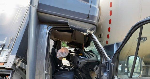 Po srážce kamionu, cisterny a dodávky na 208.kilometru dálnice D1 u Holubic stojí směr na Prahu. Jednoho z řidičů museli vystříhat z kabiny hasiči.