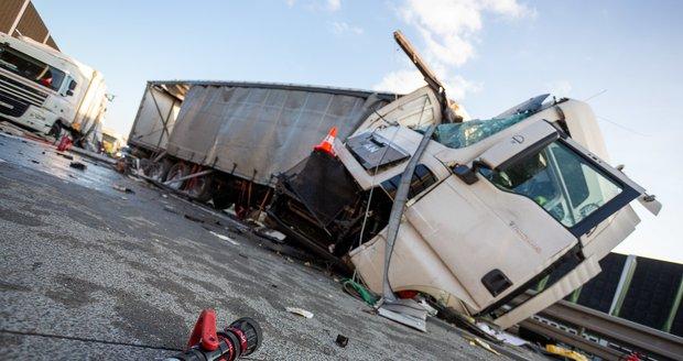 Silný náraz při nehodě dvou kamionů v Třinci způsobil masivní únik nafty.