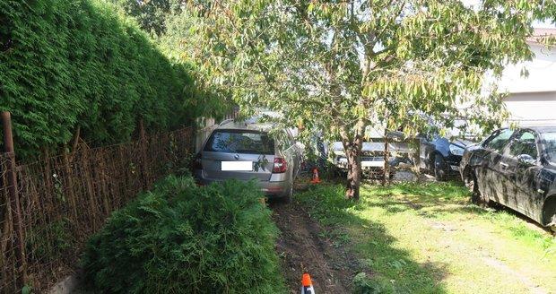 Řidič na Domažlicku usnul za volantem, vjel do cizí zahrady.