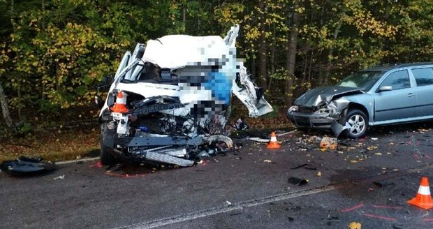 Dodávka se na Pardubicku srazila s cisternou a osobákem: Nehoda si vyžádala jednu oběť, řidič kamionu vyletěl z kabiny