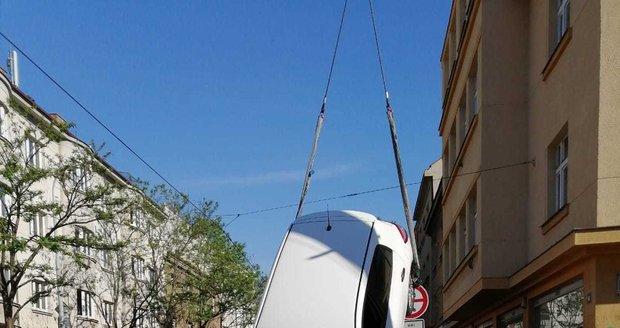 Žena autem najela do výkopu, v díře se autem zapíchla.