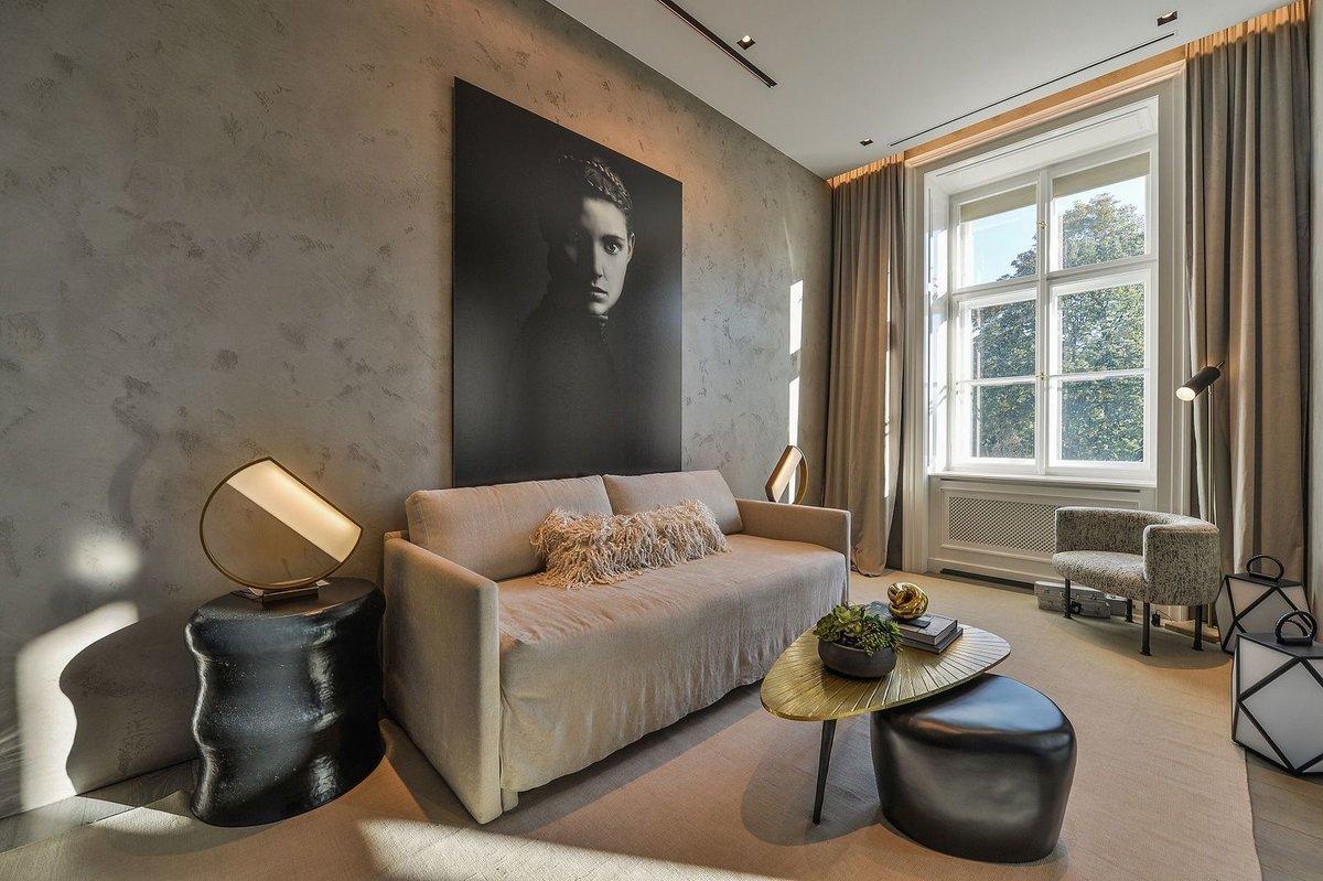 Byt 3+kk (231 m²) na Smetanově nábřeží, jehož aktuálním majitelem je podle magazínu Forbes hokejová ikona Petr Nedvěd, je prý k mání za 147 milionů korun.