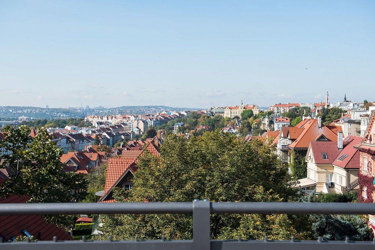 Tento penthouse 5+kk (interiér 361 m² + terasa 142 m²) na Vinohradech je podle Forbesu na prodej za 118 milionů korun.