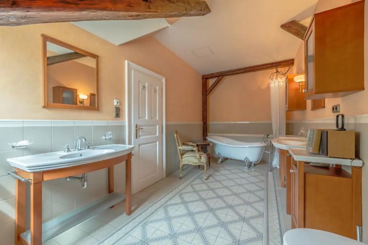 Duplex 6+1 (538 m²) na Malé Straně nedaleko americké ambasády čítá šest ložnic, pět koupelen, moderně vybavenou kuchyni, studovnu, terasu a vlastní výtah. Momentálně je na prodej za 112 mil. Kč.