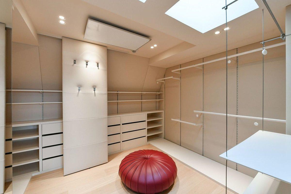 Prostorný a nadstandardně vybavený byt 5+1 (251,4 m²) s obří terasou 42,05 m² ve vyhlášené ulici Pařížská s pánskou pracovnou a dámským budoárem je podle Forbesu na prodej za 93 milionů korun.