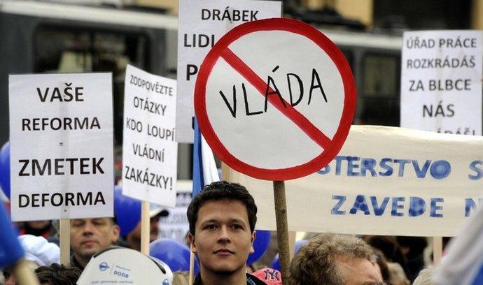 Několik stovek lidí se 22. října sešlo na pražském náměstí Republiky, aby vyjádřili nespokojenost s vládou a jejími reformami.
