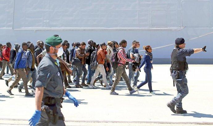 Nekonečný příval. K břehům jižní Itálie navzdory několika tragickým lodním haváriím z předchozích dní po moři dál proudí nelegální přistěhovalci, jen včera se jich na různých místech vylodilo přes pět stovek. Na snímku italští policisté a členové finanční stráže organizují skupinu imigrantů poté, co dorazila na lodi námořnictva do sicilského přístavu Augusta