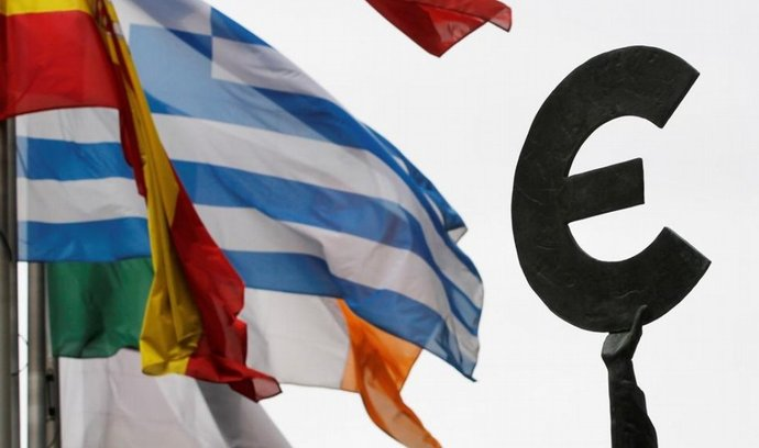 Německá finanční pomoc zadluženému Řecku je zákonná, rozhodl ve středu ráno německý ústavní soud v Karlsruhe. S napětím očekávaný verdikt přinesl úlevu jak pro vládu v Berlíně, tak pro akciové i měnové trhy.