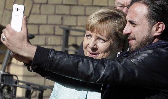Německá kancléřka Angela Merkelová s migrantem