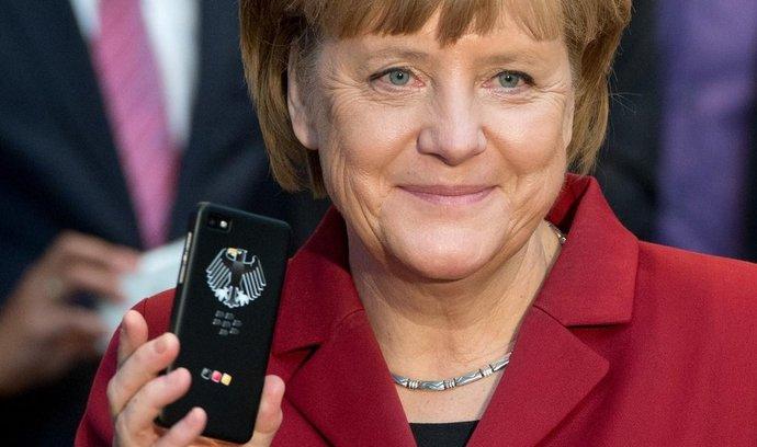 Německá kancléřka Angela Merkelová se svým telefonem od BlackBerry a Secusmart
