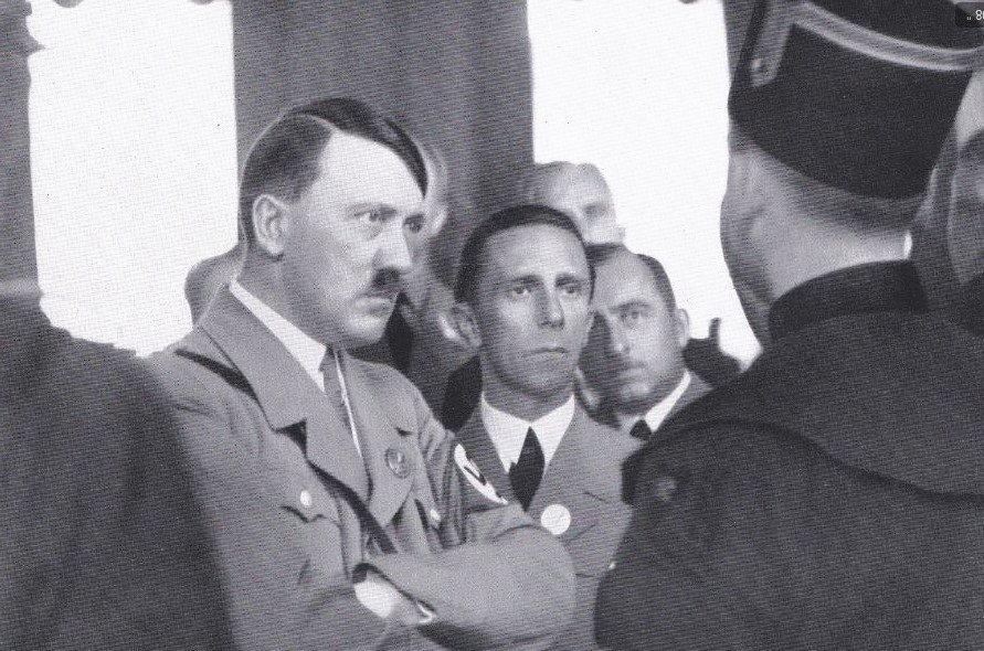 Hitler naslouchá na jednom shromáždění. Co si myslí? To netušíme