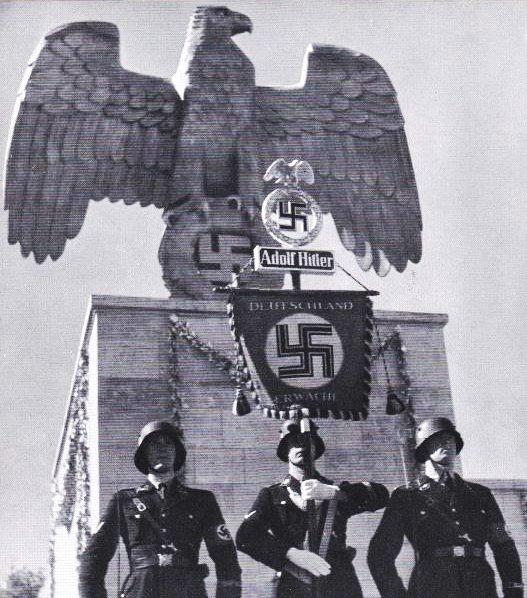 Vojenské standardy s Hitlerovým jménem a hákové kříže byly v Německu všude