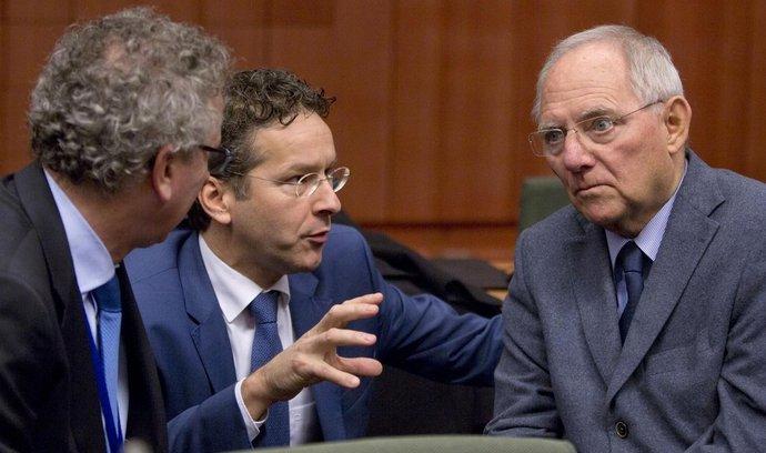 Německý ministr financí Wolfgang Schäuble (vpravo) hovoří se svými protějšky Jeroenem Dijsselbloemem z Nizozemska (uprostřed) a Lucemburska (Pierre Gramegna, vlevo)