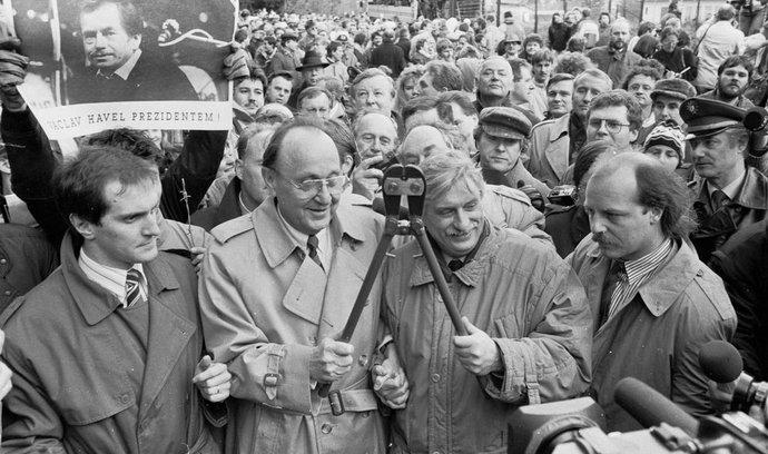 Německý ministr zahraničí Hans-Dietrich Genscher (vlevo) a jeho český protějšek Jiří Dienstbier starší stříhají hraniční plot (1989)