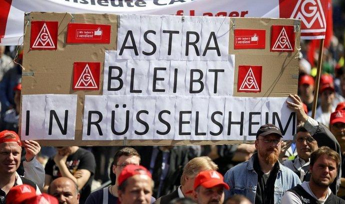 Němečtí zaměstnanci Opelu demonstrují za zachování výroby modelu Astra v Rüsselheimu.