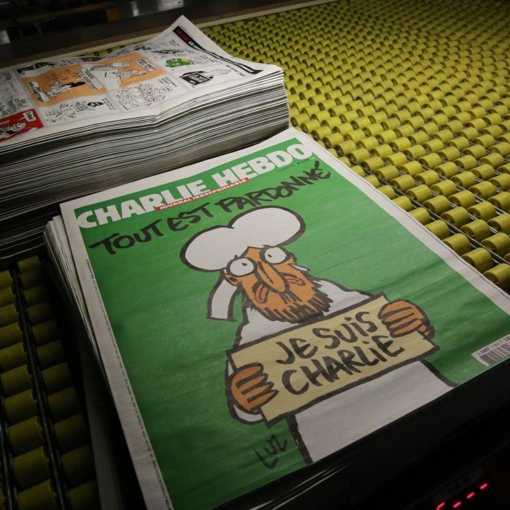 Nezalekli se a dál pokračují ve šlépějích svých mrtvých kolegů. Francouzský týdeník Charlie Hebdo, který se stal minulý týden terčem teroristického útoku, vyjde ve středu s karikaturou plačícího muslimského proroka Mohameda a nápisem Je suis Charlie (Já jsem Charlie) na titulní straně.