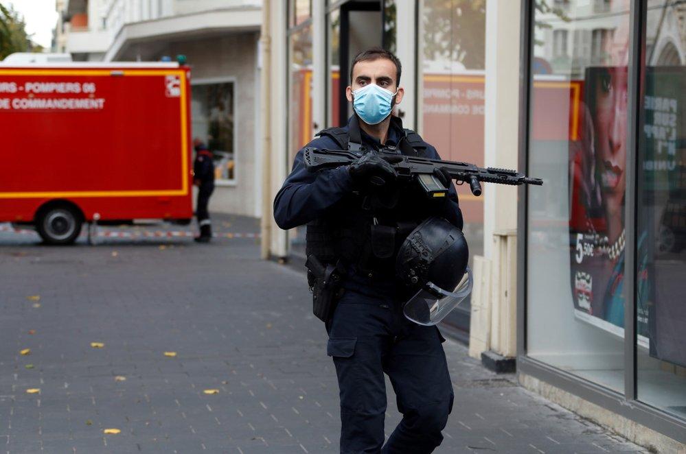 Útočník před kostelem ve francouzském Nice zaútočil na několik lidí nožem.