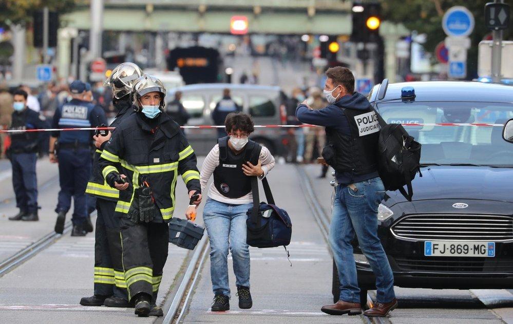 Útočník s nožem zabíjel před kostelem ve francouzském Nice. Jedné z obětí uřízl hlavu.