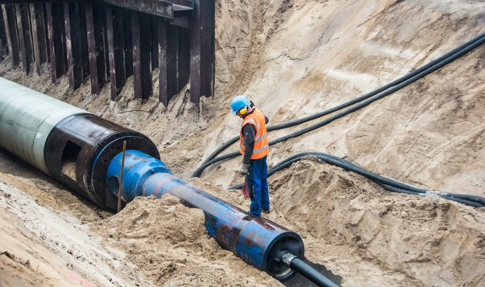 Stavba plynovodu Nord Stream 2 na přepravu ruského zemního plynu do Německa a dál.