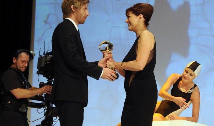 Norský režisér Martin Lund (vlevo) převzal 7. července z rukou americké herečky Susan Sarandonové na závěrečném ceremoniálu 47. ročníku Mezinárodního filmového festivalu v Karlových Varech Velkou cenu - Křišťálový globus za film Henrik.
