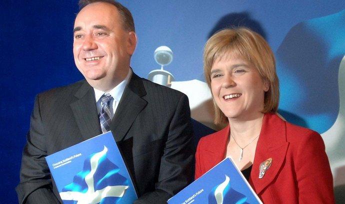 Nová skotská premiérka Nicola Sturgeon se svým předchůdcem Alexem Salmondem