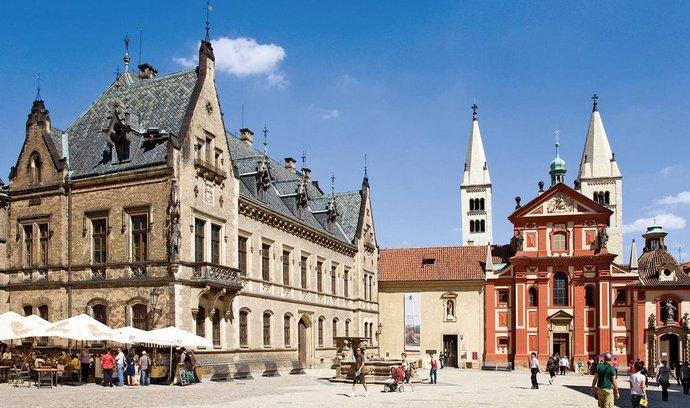 Nové probošství na Pražském hradě (vlevo) získá v restituci Metropolitní kapitula, zatímco klášter sv. Jiří připadne Náboženské matici. Samotná svatojiřská bazilika (v pozadí) zůstane majetkem státu.