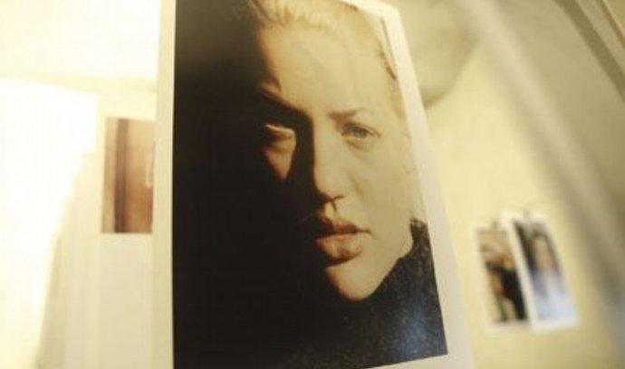 NOW & WOW poslední výstava v galerii Langhans, kterou zrealizoval kurátor Walter Keller. Na snímku instalace snímků Juergena Tellera Go Sees