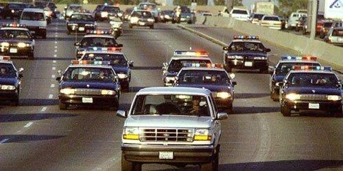 O. J. Simpson, americká fotbalová hvězda obviněná z dvojnásobné vraždy, se pokouší ujet policii, 17. června 1994