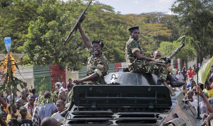 O moc v Burundi soupeří armáda a jednotky věrné prezidentovi