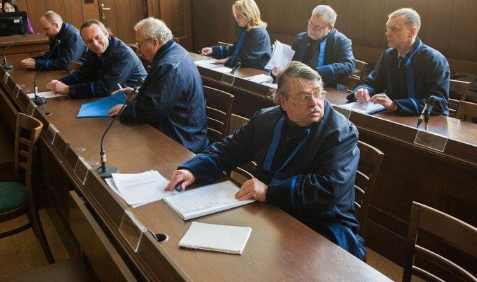 obhájci obžalovaných v procesu se skupinou 52 lidí, kteří podle obžaloby zmanipulovali asi třicítku tendrů Vojenské ubytovací a stavební správy za zhruba 330 milionů korun.