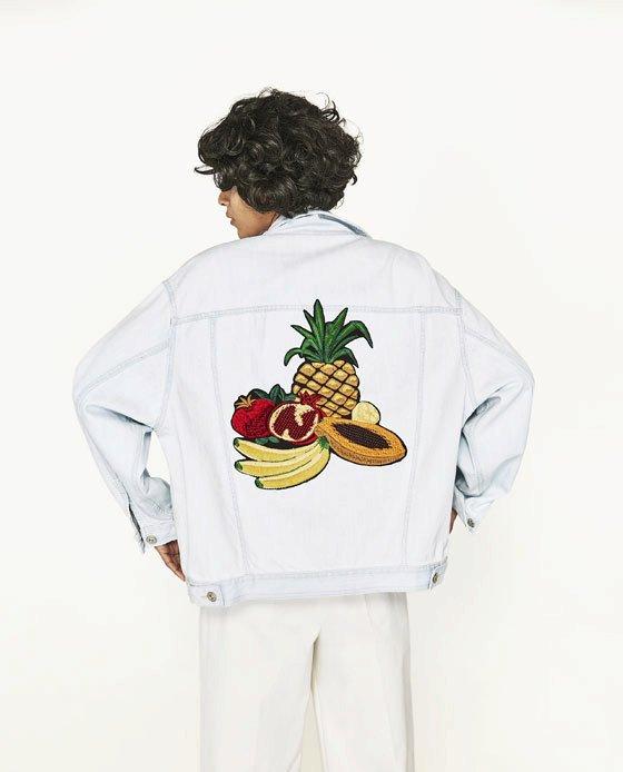 Džínová bunda s našitým ovocem, Zara, 1599 Kč