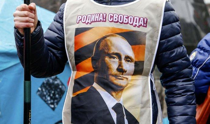 Obrázek ruského prezidenta Vladimira Putina na vestě promoskevského demonstranta ve východoukrajinském Doněcku.