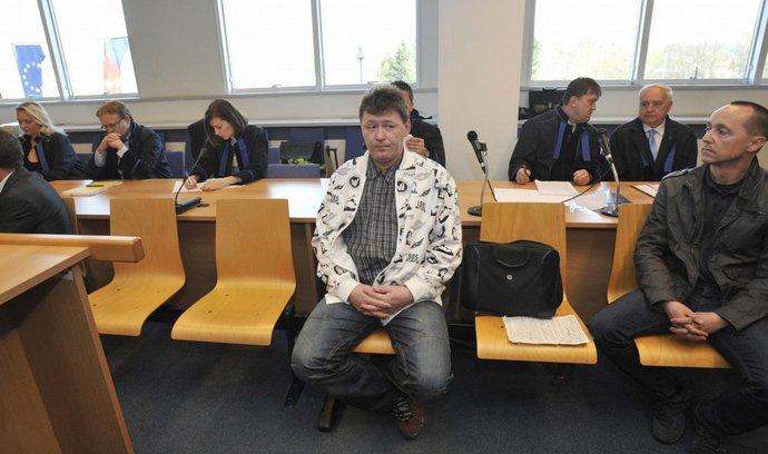 Obžalovaní Václav Zlámal (uprostřed) a Petr Čagan (vpravo) čekají v jednací síní krajského soudu ve Zlíně, aby si vyslechli rozsudky nad ostravskou větví metanolové kauzy.