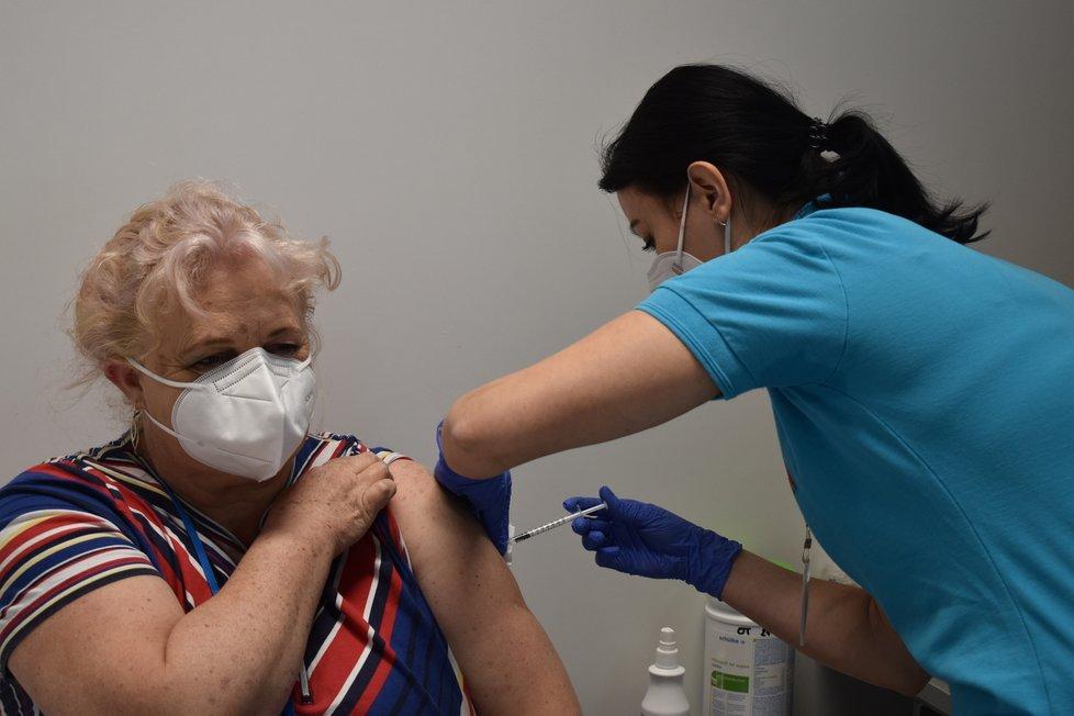 Očkování Čechů proti covidu: velkokapacitní centrum v Břidličné na Bruntálsku