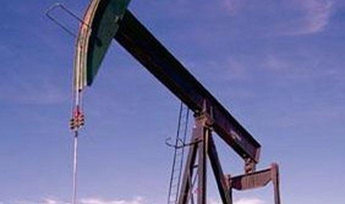 Od konce letošního dubna, kdy se ceny ropy dostaly na tříletá maxima, opět sérií nervózních pohybů poklesly