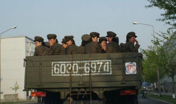 Oddíl příslušnic severokorejské armády se přesouvá ulicemi Pchjongjangu
