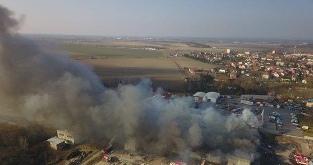 V Mochnově hoří střecha jedné z hal tamních mrazíren.