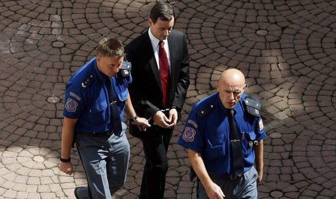Okresní soud Praha-východ projednával 20. srpna žádost obviněného poslance a bývalého středočeského hejtmana Davida Ratha o propuštění z vazby.