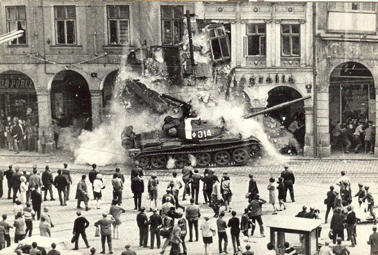 Sovětské tanky v 1968 v Liberci. Domy byly později zbořeny a znovu postaveny v podobném stylu.