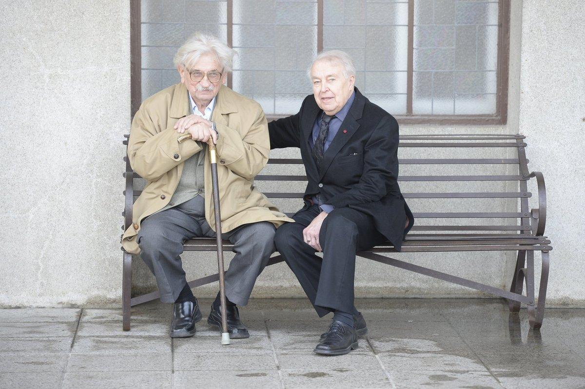 Spisovatelé Vaculík a Kohout před krematoriem.