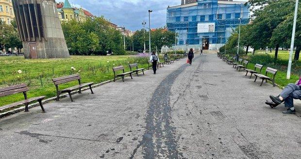 Náměstí Jířího z Poděbrad zaplavil olej. Vytekl z vozidla Pražských služeb