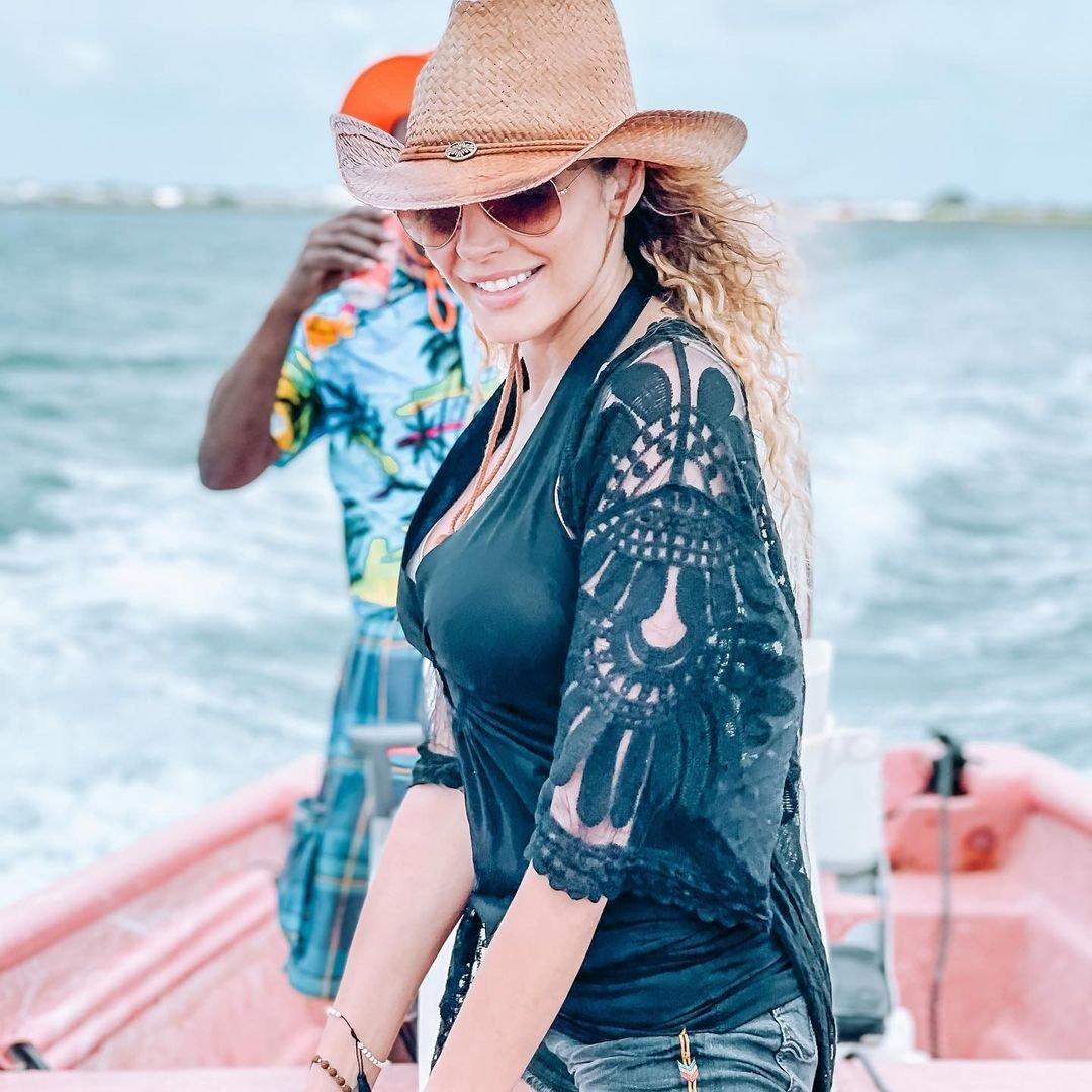 Olga Lounová si na Barbudě užívá exotické růžové pláže