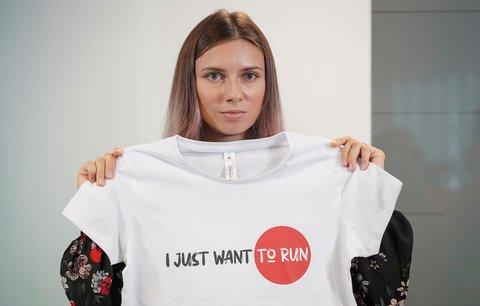 Běloruská atletka Kryscina Cimanouská na tiskové konferenci ve Varšavě