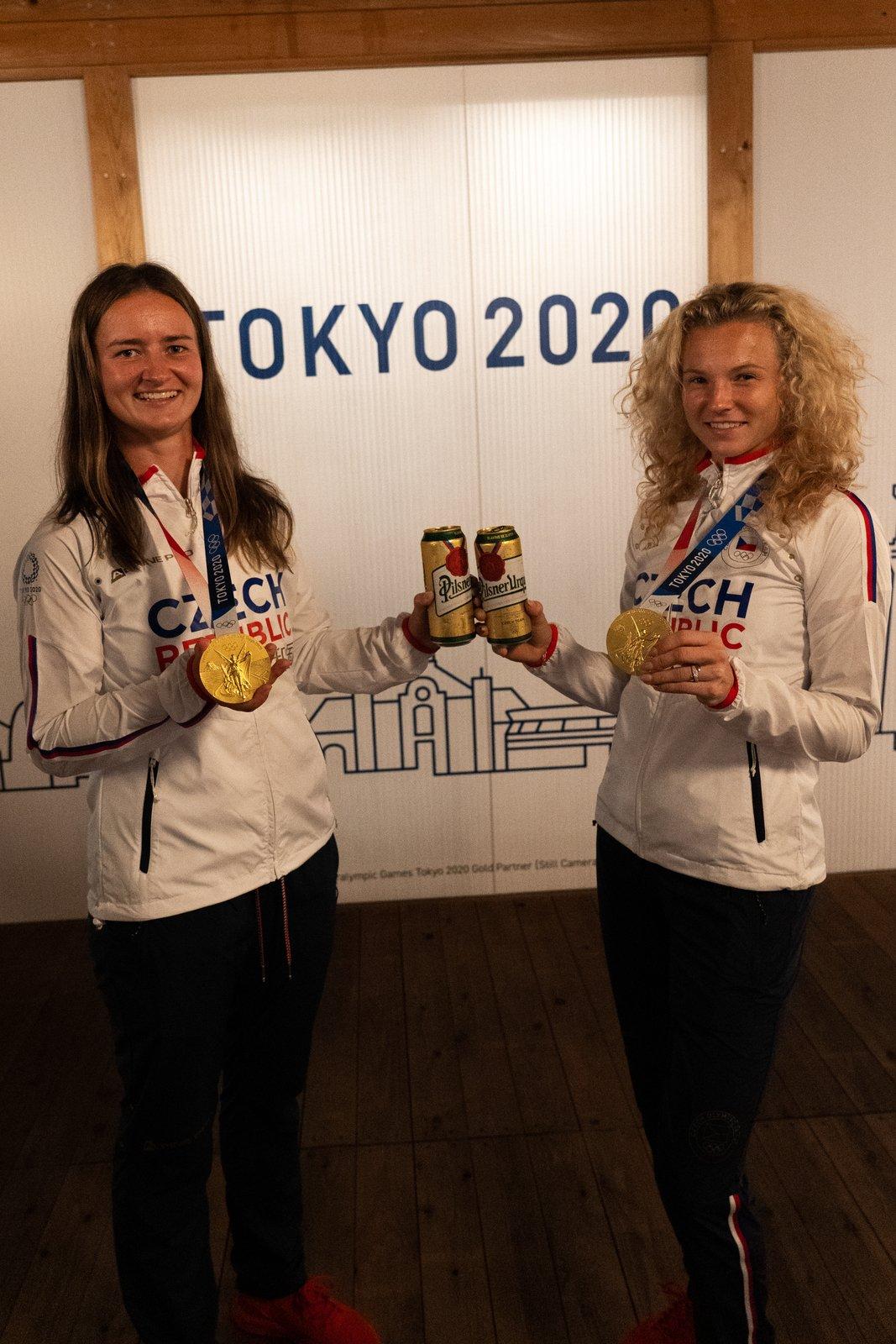 Medailový přípitek zlatých deblistek Barbory Krejčíkové a Kateřiny Siniakové