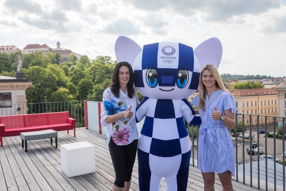 Lucie Šafářová (vpravo), ambasadorka Olympijského festivalu v Brně s někdejší českou rekordmankou v trojskoku Šárkou Kašpárkovou.
