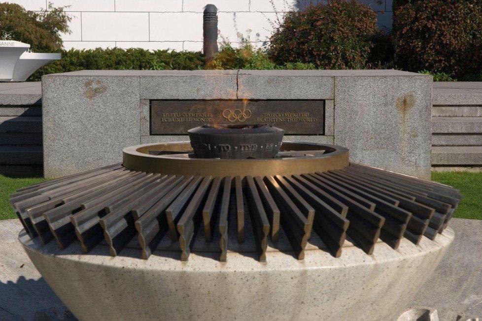 Olympijský oheň před Olympijským muzeem v Lausanne