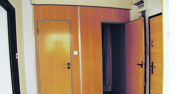 Koupelna a wc před rekonstrukcí.