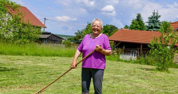 Na místě, kde se nachází část obecního pozemku, suší Ludmila Zelenková pravidelně trávu.