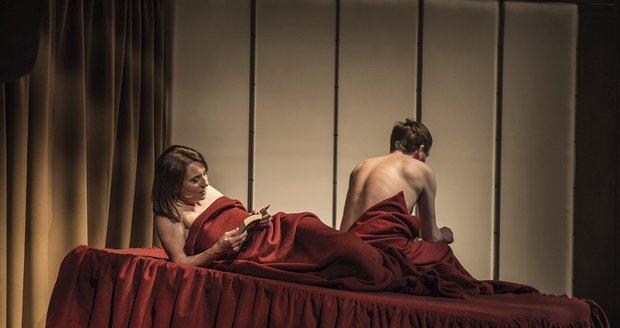 Ve hře Zrada není nouze o odhalené postelové scény