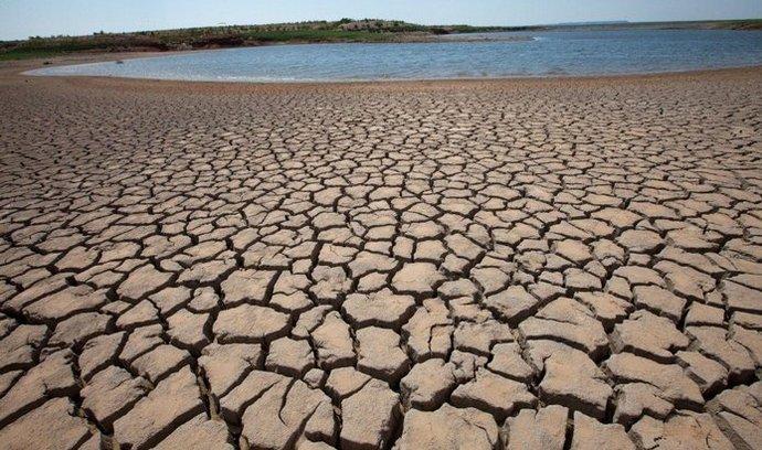 Vysychající vodní nádrž v americkém Texasu. Nedostatek vody bude v některých oblastech USA velkým problémem.